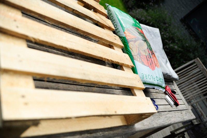 Hoe maak je zelf een palletmuur floor - Bedek een goedkoop terras ...