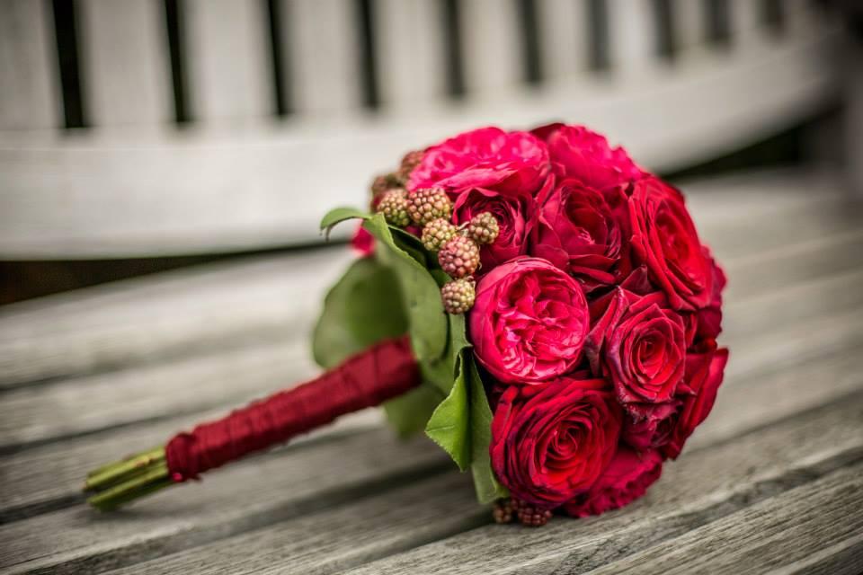 Bruidsboeket met rode rozen en bramen