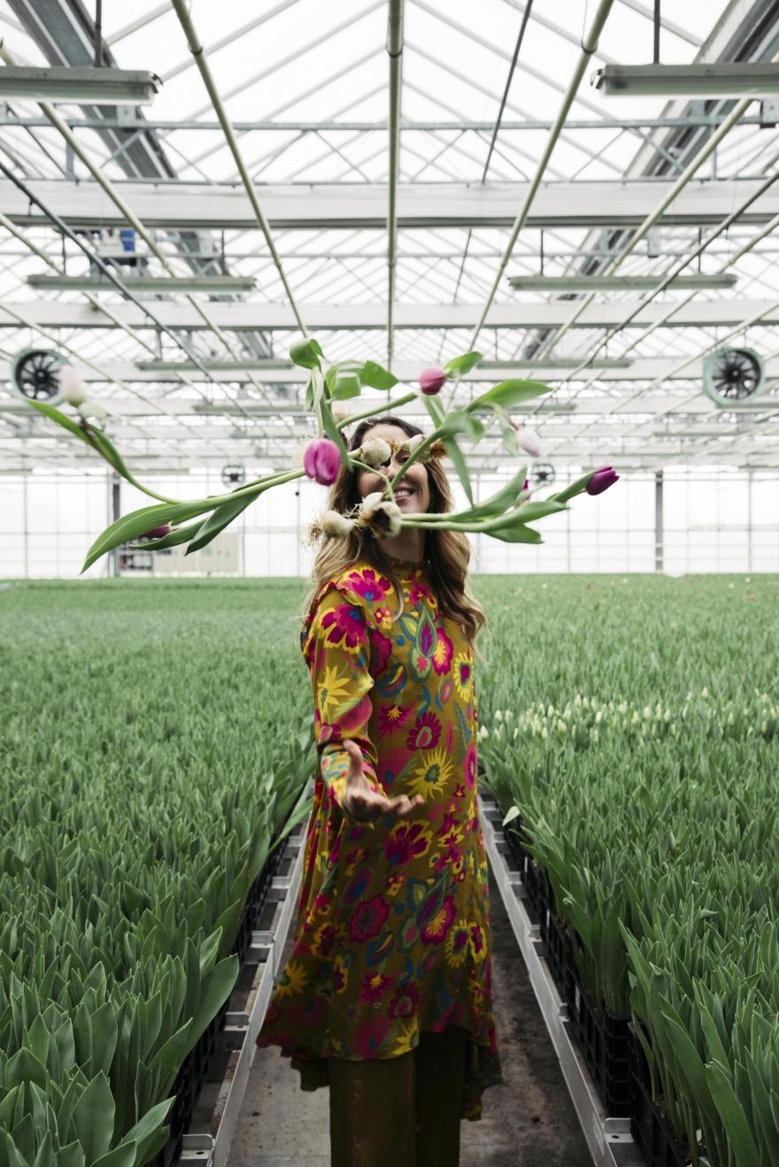 Tiany Kiriloff met tulpen